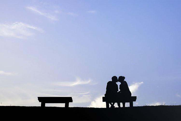 青空の下のカップル