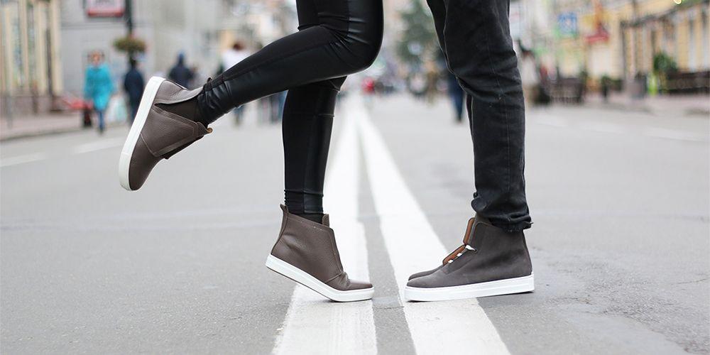 道路の上で向き合う男女の足元
