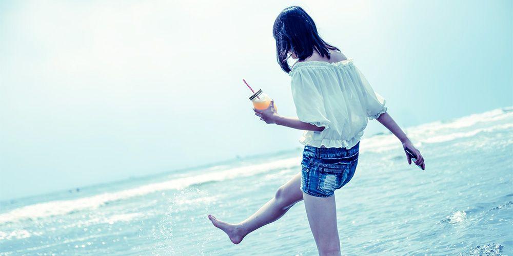海辺で遊ぶ若い女性