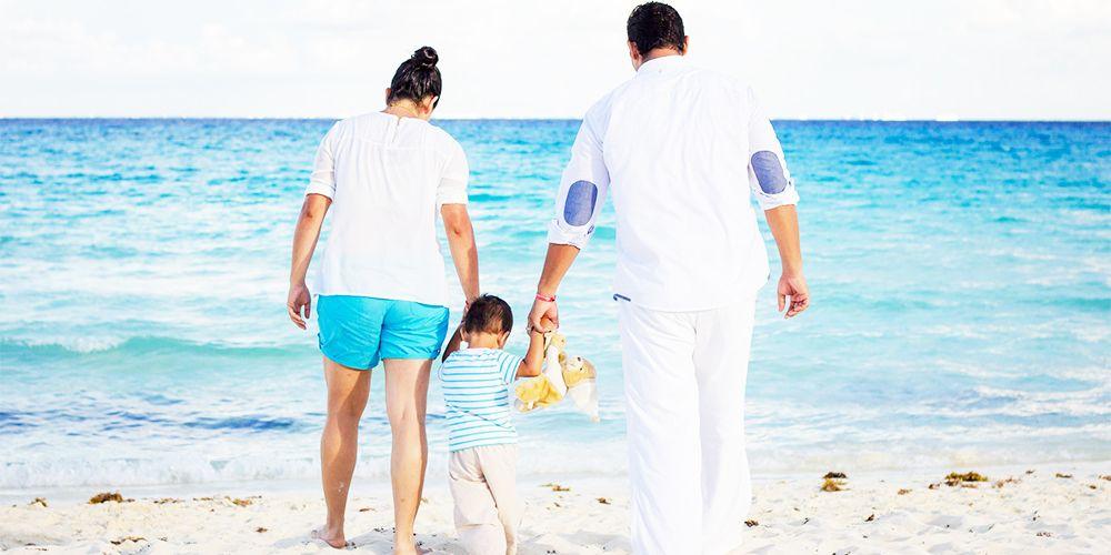 海で子供を連れているカップル