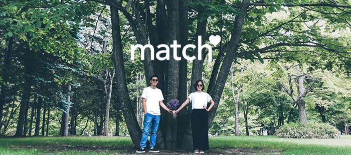 木の下でマッチングするカップル