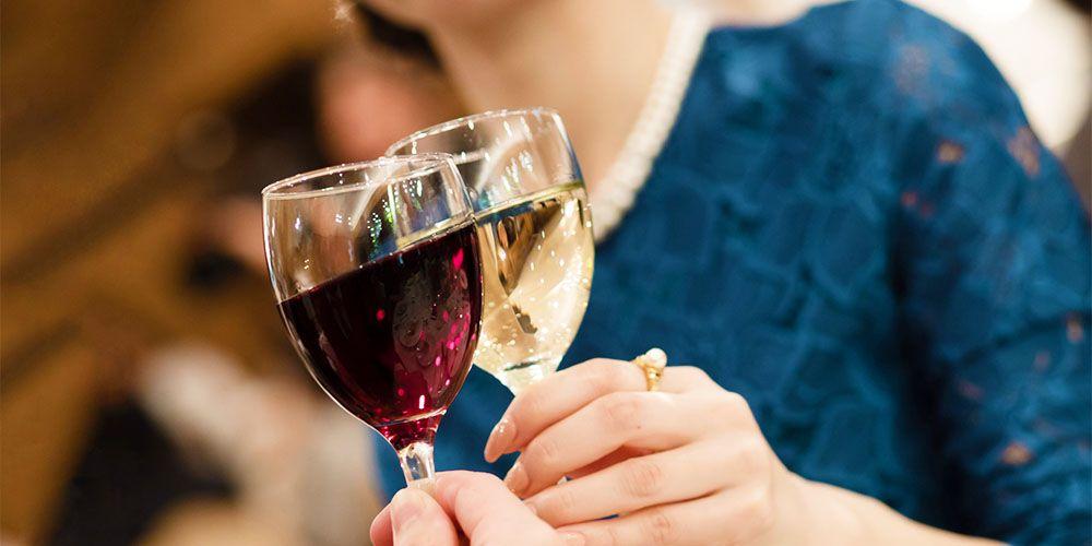 ワインで乾杯する高級感のある女性