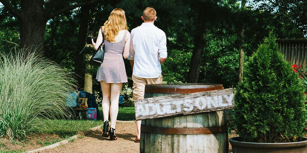 森へ進むカップル