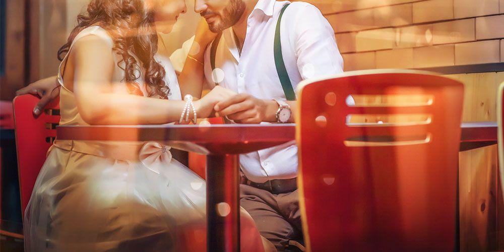 レストランで手をつなぐ男女