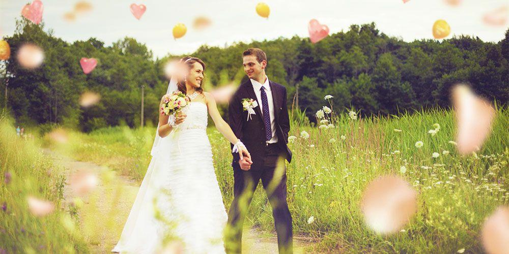 草原を歩く新郎と花嫁