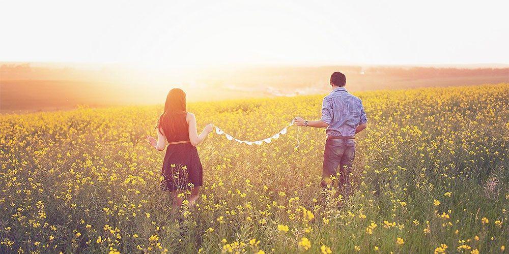 菜の花畑のカップル