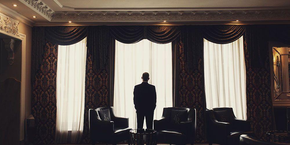リッチマンが窓を見つめる