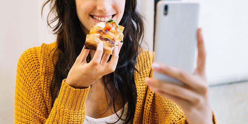 食事中もビデオ通話をしている様子