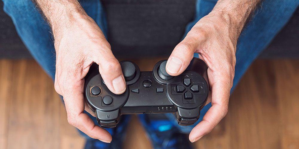 オンラインゲームを楽しむ男性