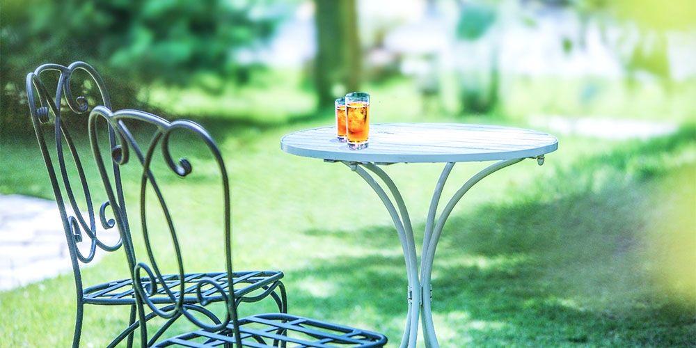 庭に置かれたイスとテーブル