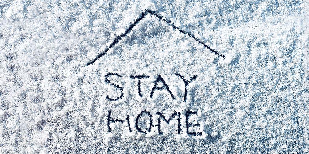 雪に描かれたステイホームの文字