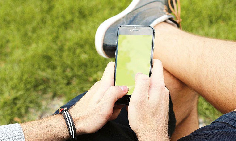 マッチングアプリを操作する若い男性