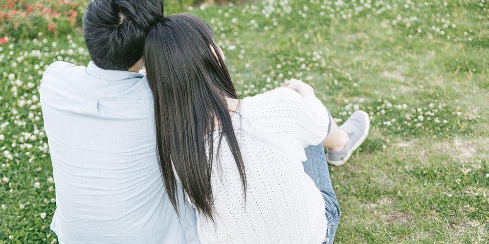 肩を寄せ合う幸せカップル
