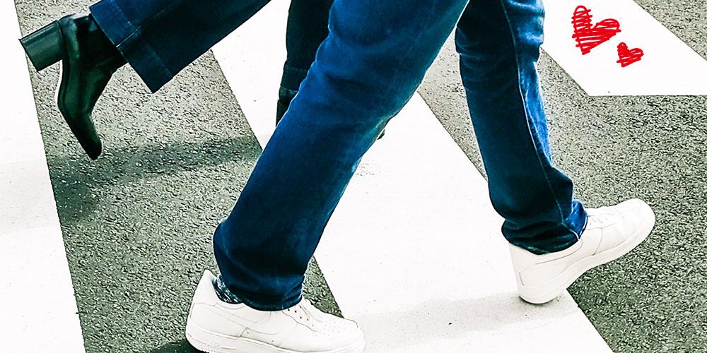 道を歩くカップルの足元