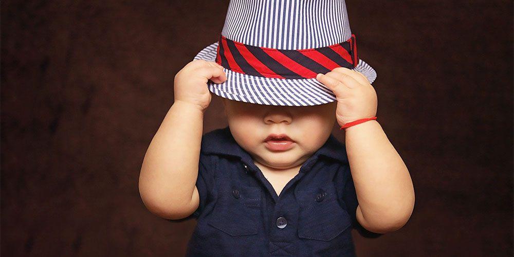 帽子を深くかぶった男の子