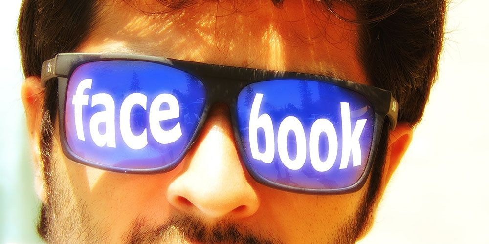 facebookと書かれたサングラスを掛けた男性