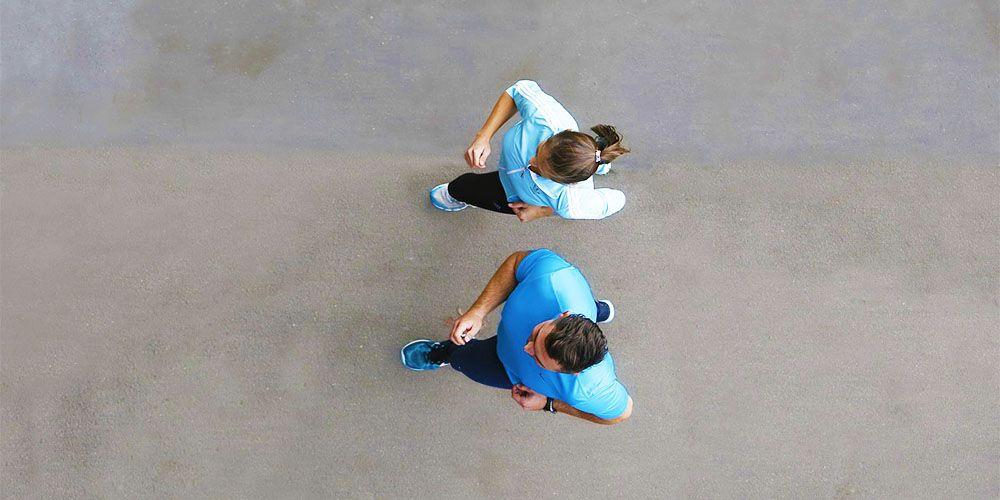 ペースを合わせてジョギングするカップル