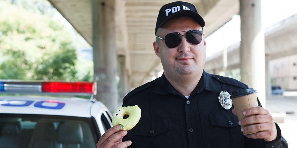 パトロールをする警察官